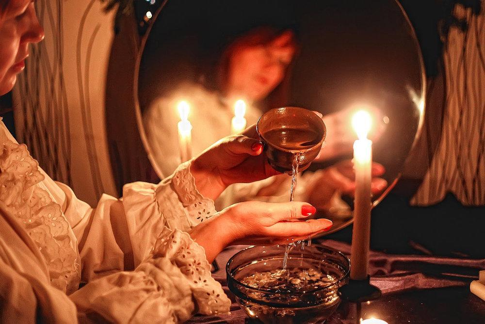 перо руке приворот по фото зажгите любую свечу женской одежды